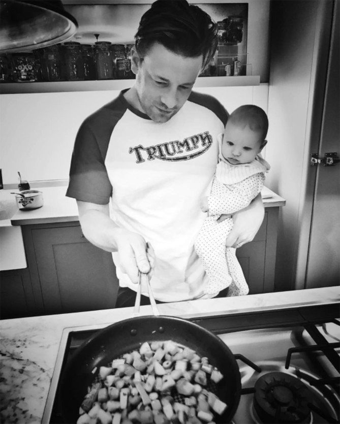 JAMIE OLIVER cooking with his son River - Διάσημοι μπαμπάδες μαγειρεύουν παρέα με τα παιδιά τους | Table Art - Art de la Table