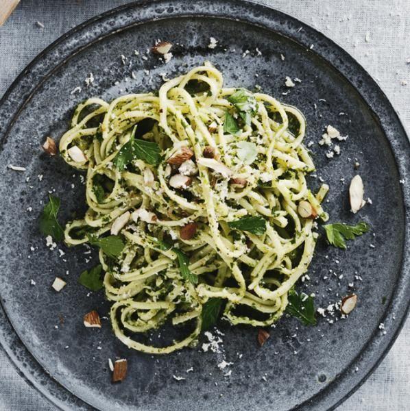 Spaghetti med pesto af mandler og persille opskrift