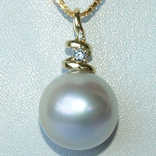 美しいロンボク島の海で育まれた南洋白蝶真珠。テリがとても美しく、色はブルーカラーが内側から輝くホワイトです。 サイズは、16.3mm!と、とっても大粒。 しかもこれだけのサイズで、パーフェクトラウンド、輝き十分、キズなしという真珠は滅多に出会えません~。
