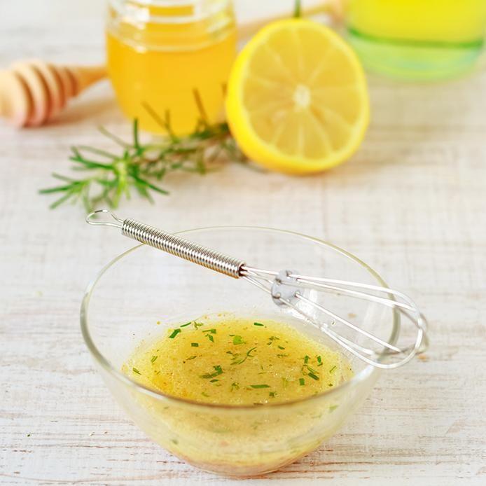 Voici deux recettes de vinaigrettes maison faciles à faire, avec de l'huile et du vinaigre balsamique ou du babeurre et de la crème sûre. Essayez-les!