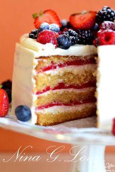 Медовый торт с малиновым мармеладом  Нежнейший медово-ореховый бисквит, сметанный сладкий крем с ликером и ванилью и прослойка из малинового мармелада. Торт получается очень вкусным и красивым. Попробуйте! #едимдома #готовимдома #рецепты #торт #выпечка #кчаю #вкусно #домашняяеда