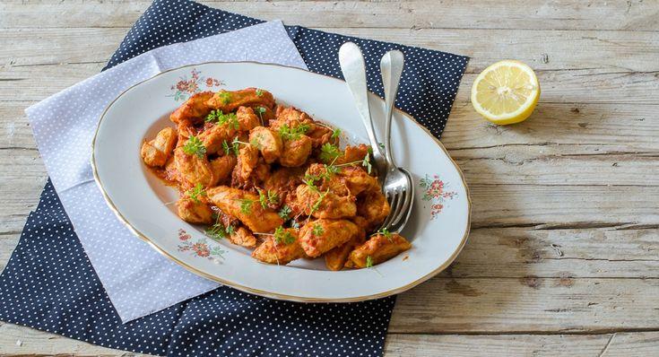 Il pollo alla paprika è un secondo ideale da accompagnare con riso o tortillas. Questa è la ricetta con salsa allo yogurt, paprika dolce e piccante.