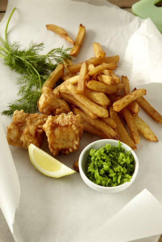 Gatumat i Storbritannien och utmärkt som en middag framför TV'n här hemma. Välj en fast vit fisk som torsk, sej eller kolja. Mushy peas är ett klassiskt tillbehör till fish & chips, men...