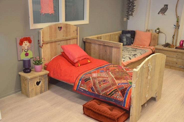 Bed Kaatje. Steigerhout bed met mooie ronde vormen. Hartje in het hoofdeinde. (kan ook met een ruitje of sterretje)