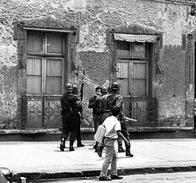 1968 26 De Julio Ernesto Zedillo Golpeado Por Granaderos Camino A La Vocacional 5 Tlatelolco Historia De Mexico Movimiento Estudiantil De 1968