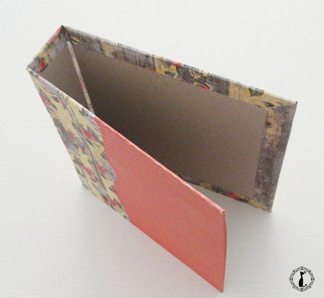 Tutorial Cinderella para hacer tapas duras tipo libro: http://cinderellatmidnight.com/2013/12/11/un-super-tuto-para-mis-super-nenas-y-nenes-encuadernacion-tipo-libro-con-anillas/