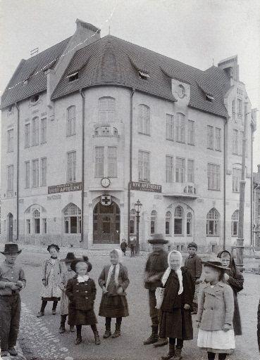Lapsia Sörnäisten Uuden Apteekin talon, Itäinen viertotie 34 (Hämeentie 33), edessä. Helsingin kaupunginmuseo Aschan K. A. , apteekkari (Valokuvaaja) 1903.