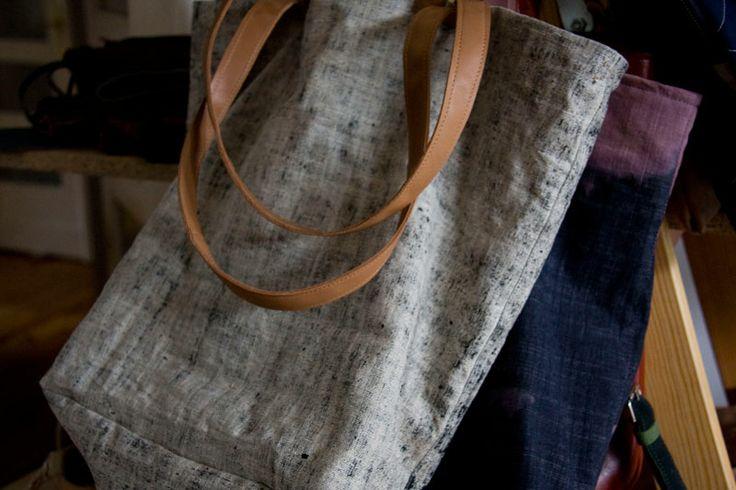 Torba z grubego lnu w naturalnym kolorze z przebarwieniami na czarno. Skórzane rączki dwóch długości. #linenbag #summerbag #leather