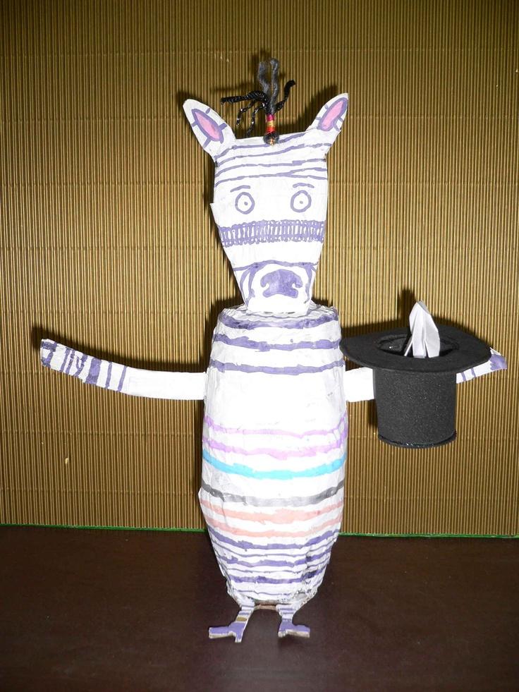La cebra Camila saca de su chistera pajaritas de papel. Animalario reciclado eleborado por los alumnos de EI del CEIP Campo Charro