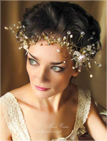 Необычная цветочная диадема для невесты. Воздушная свадебная диадема. Диадема с золотистыми блестками-пайетками.
