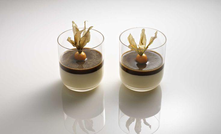Mousse von weißer Schokolade mit Kaffee und Physalis im Glas