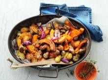 Pompoen, aardappel, rode ui en worst uit de oven - Recept - Allerhande