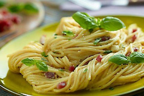 Smakowity przepis na klasyczny, włoski makaron - spaghetti w kremowym sosie carbonara z boczkiem tylko w Kuchni Lidla!