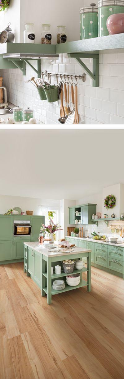 Grüne landhausküche mit wandboard und hängeelement
