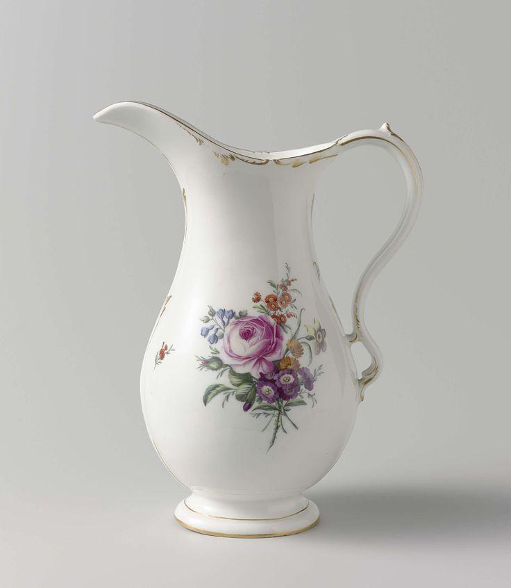 Manufactuur Oud-Loosdrecht | Kan met twee bloemboeketten, Manufactuur Oud-Loosdrecht, 1774 - 1782 | Kan van porselein, met brede tuit. Gedecoreerd met twee grote bloemboeketten. Langs de randen gouden biezen.