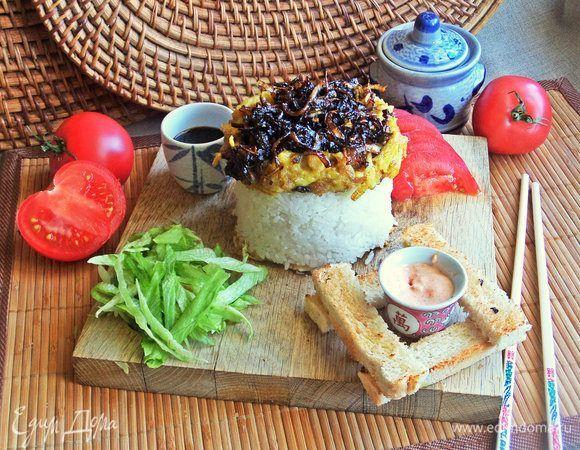 Курица карри с карамелизированным луком и омлетом. Ингредиенты: куриное филе, яйца куриные, лук репчатый