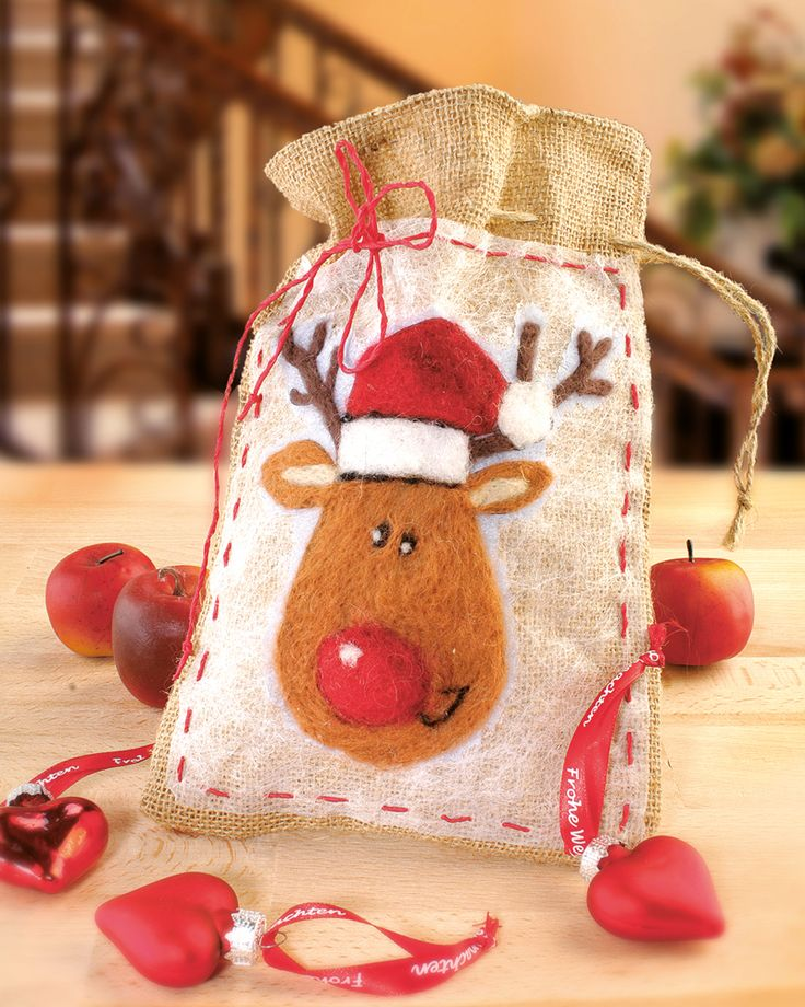 """Weihnachtselch auf Jutesack filzen (Idee mit Anleitung – Klick auf """"Besuchen""""!) - Damit der Jutesack nicht nur nützlich ist, sondern auch weihnachtlich aussieht, wird ein Elch-Motiv aufgefilzt. Damit ist es schöne Deko und eine Möglichkeit, Nüsse oder Plätzchen aufzubewahren!"""