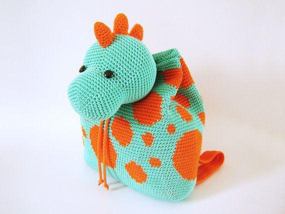 Patrón de gancho para mochila de dinosaurio. Un accesorio práctico y divertido para niños. Esquemas con símbolos, instrucciones, imágenes