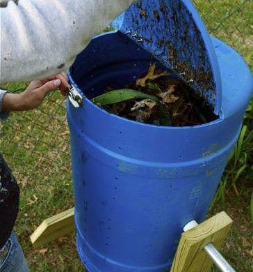 diy spinning composter tutorial interesting design but i think it might mix easier if you mount it instead