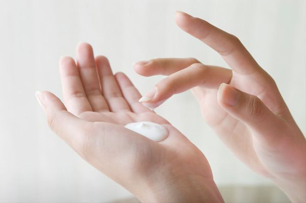 woman-applying-hand-lotion.jpg (600×399)