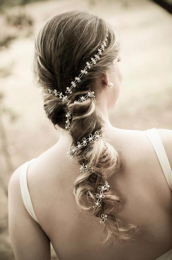 Um ar grego!  Para dica de hoje, um penteado para as noivas de cabelo comprido.