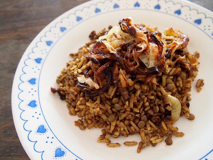 Mejadra; gekruide rijst met linzen en gebakken uien
