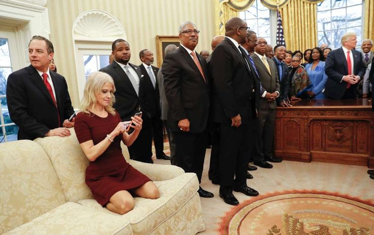 Kniend und mit ihren Pfennigabsätzen auf dem Polster des Sofas: Trump-Beraterin Kellyanne Conway (50). A false blonde takes black tuesday pictures