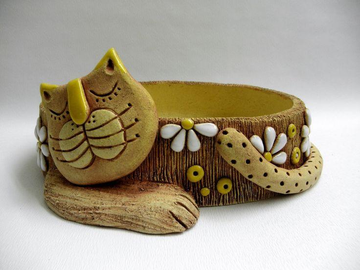 Miniskalka - kočička Vyrobené ze šamotové hlíny, určené do zahrady a výhradně na skalničky. Netřesky v něm vypadají skvěle. Velké otvory na odtok vody - skalničky nemají vodu rády.Oválný tvar výška6 x 24 cm.