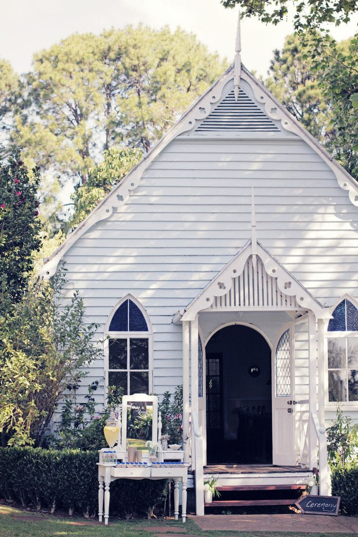 i want my wedding in this adorable little country cottage church. YOU WILL NEVER IN A MILLION YEARS GUESS WHERE THIS IS BONNY!!!! Wait for it....Mount Tamborine. OUR OWN BLOODY BACKYARD!