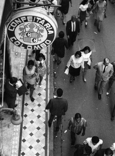 Desde 1894. Movimentação de pedestres em frente a Colombo, na Rua Gonçalves Dias, no Centro