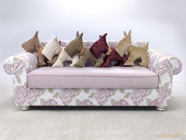 Компания подушек-игрушек собачек на классическом мягком диване. Pillow dog, подушка собака