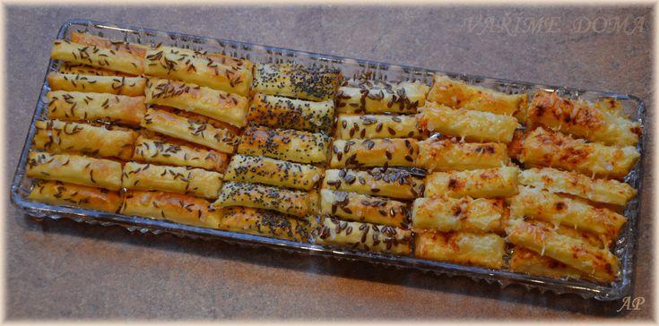 Tyčinky z tvarohu                                                               300 g hladké mouky 250 g másla 250 g měkkého tvarohu (lepší je kostka – ne vanička) ½ lžičky soli Vajíčko na potření Na posypání: hrubou sůl, kmín celý, lněné semínko, mák, strouhaný sýr, červená paprika mletá – sladká nebo pálivá, sezamové semínko atd.