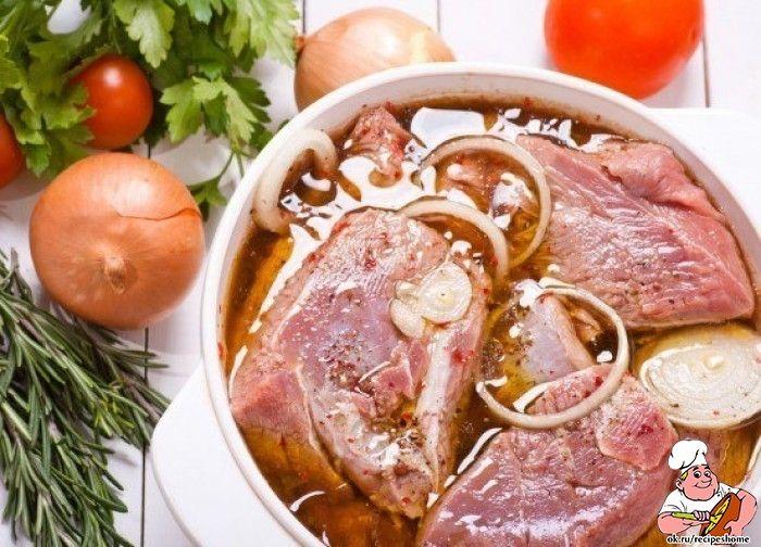 1. Пряный маринад для бараниныИнгредиенты на 500 г мяса:1 луковица, 2-3 дольки чеснока, 30 мл лимонного сока, перец красный молотый, соль по вкусу.Лук