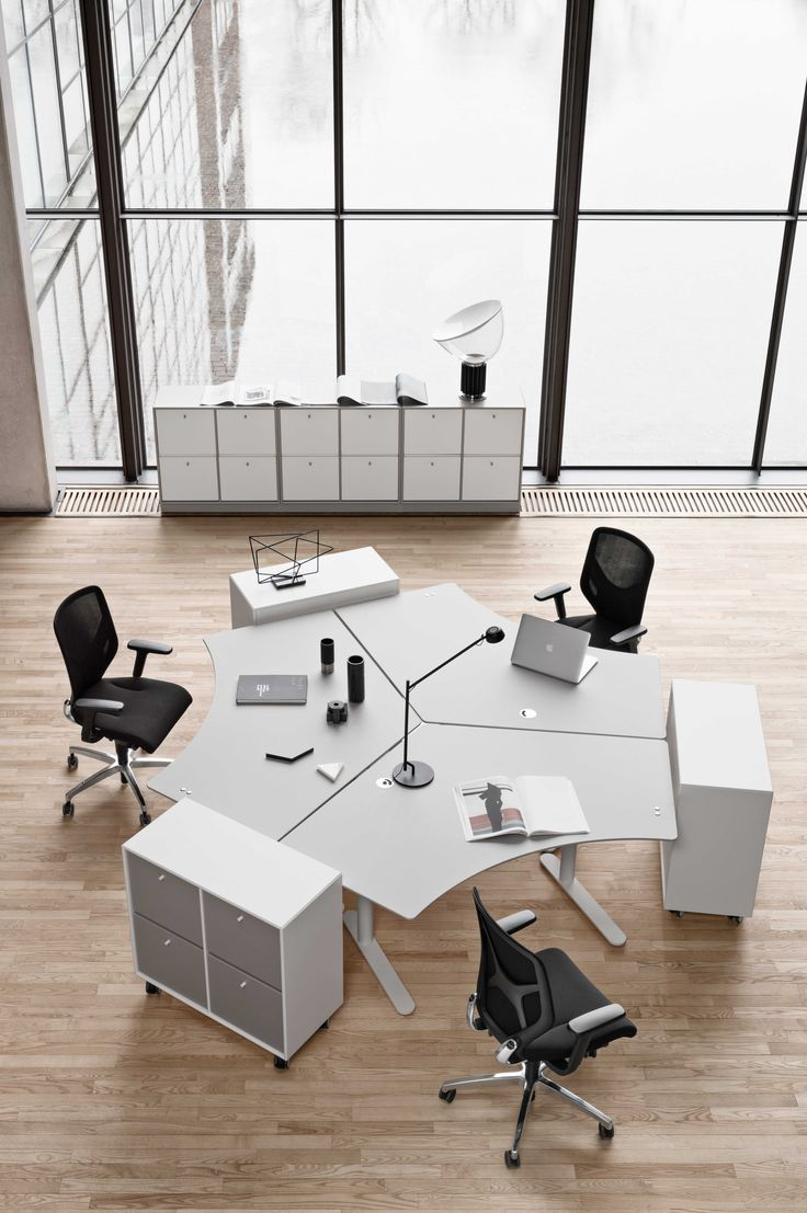 Montana for offices and collaborative work environments. The HiLow height-adjustable tables ensures variation and good ergonomics throughout the work day. Montana Office Units and the CO16 shelving system makes storage a both functional and aesthetically pleasing experience.