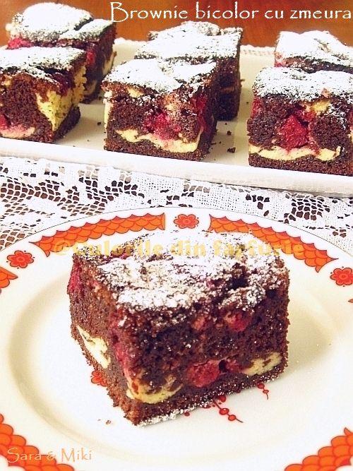 Brownie bicolor cu zmeura, o reteta de prajitura foarte cunoscuta, cu crusta uscata si o textura umeda si cu un gust de ciocolata profunda.