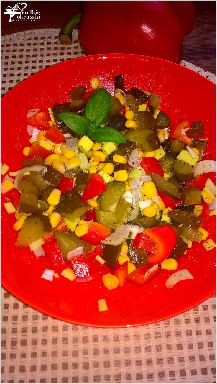 Sałatka z ogórkiem kiszonym, papryką i kukurydzą