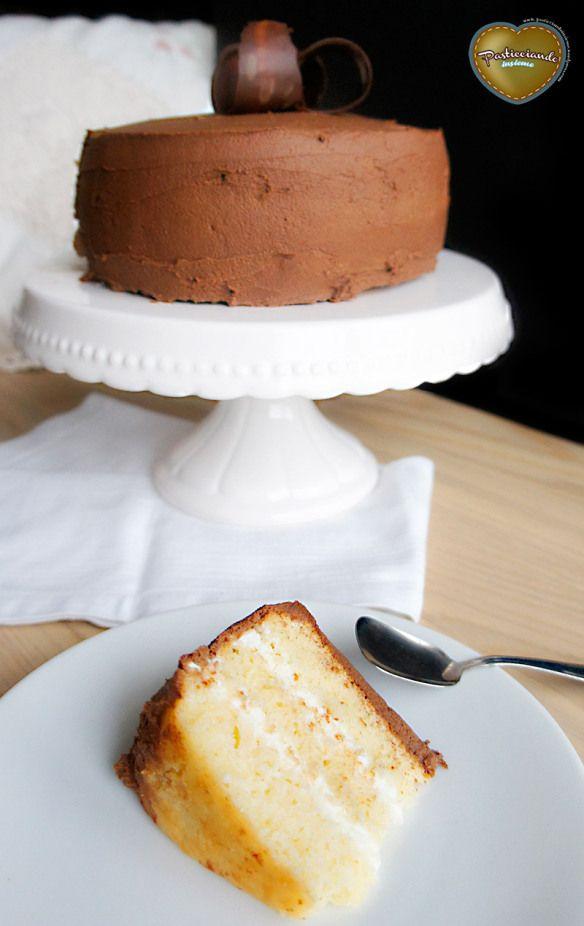 Torta alla vaniglia con crema di ricotta e frosting cioccolato e caffè