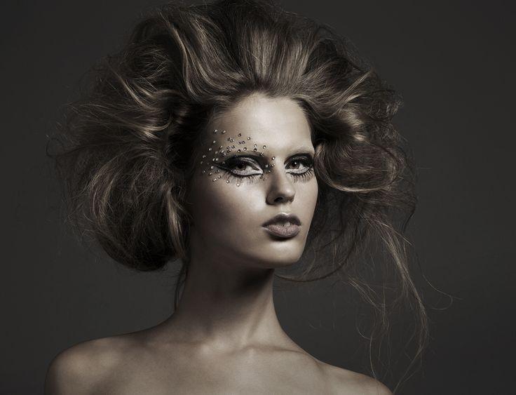 Beuty editorial by Jesus Cordero. Maquillaje y peluquería Juan Pacheco psra The Makeup Art Studio. Cat liner #volumenhair big hair 60,s