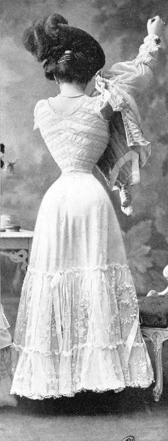 Corset 1905.... my gdnss! look at that tiny waist.... no wonder the ladies fainted often in those days, they could hardly breathe!!