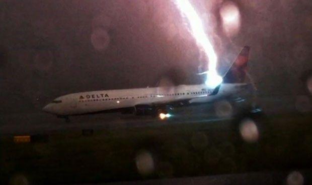 Raio atinge avião em pista do aeroporto de Atlanta (Foto: BBC)
