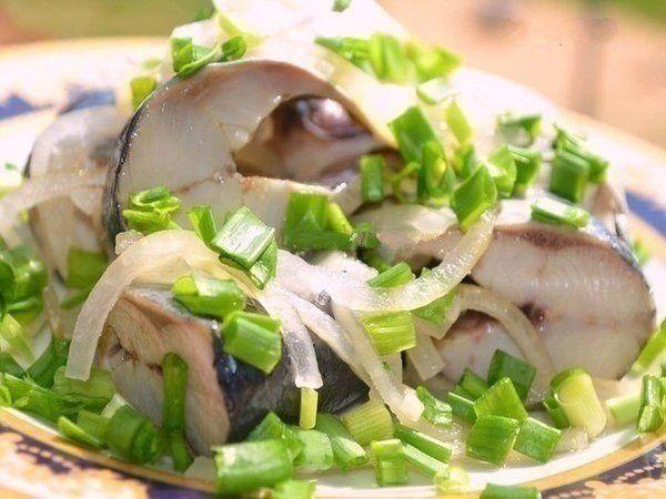 Ингредиенты:сельдь 2 штлук 1-2 большие луковицыуксус яблочный 5 столовых ложексоль 2 ч лсахар 0,5 ч лвода 1 стакан (250 мл)перец горошек 10 шткориандр зерна щепоткаПриготовление:1. Рыбу почистить и по…