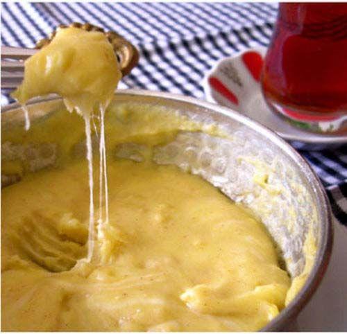 Samsun'dan Artvin'e yani Ordu, Giresun, Trabzon, Rize ve Artvin illerinde çok popüler olan bir yemektir. Gürcistan'da da çok popülerdir. Mısır unu, tereyağı ve genellikle minci adı verilen tuzlu çökelek (bazı yörelerde telli peynir veya su peyniri) peyniri kullanılarak yapılan mısır lapasının adıdır.Kuymak, Türkçe[1] bir kelime olup Anadolu'nun başka yörelerinde peynir kullanılmadan hazırlanan arpa ve buğday lapalarını tanımlamak için kullanılmaktadır.
