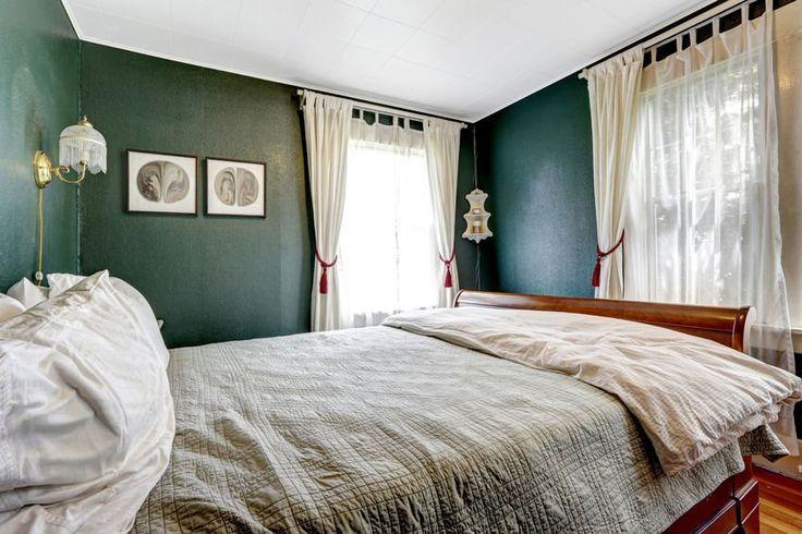 Przytulna sypialnia z zielonymi ścianami. #design #urządzanie #urząrzaniewnętrz #urządzaniewnętrza #inspiracja #inspiracje #dekoracja #dekoracje #dom #mieszkanie #pokój #aranżacje #aranżacja #aranżacjewnętrz #aranżacjawnętrz #aranżowanie #aranżowaniewnętrz #ozdoby #sypialnia #sypialnie