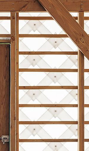 GARDEN PAVILION IN SMETLEDE BY INDRA JANDA ARCHITECT (Tim van de Velde photography) Acabado exterior y interior de tejuelas de policarbonato compacto blanco translúcido.