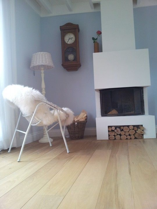 Mooie kleur muur, hoge plinten, houten vloer, gecombineerd met hout (klok aan de muur) MOOI