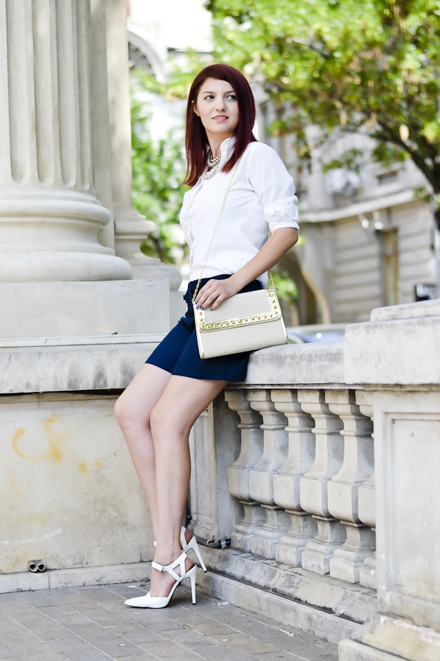 the rubber doll pepa wearing Meli Melo golden clutch