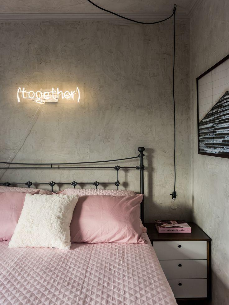O apartamento 33, de Débora Alcântara do Tudo Orna, é uma ótima exemplo de como o estilo industrial fica super legal com toques femininos.
