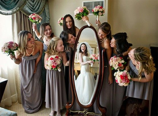 cute wedding pic with bridesmaids heres another similar idea but I really like how the bridesmaids are looking at the mirror,thats really cute!