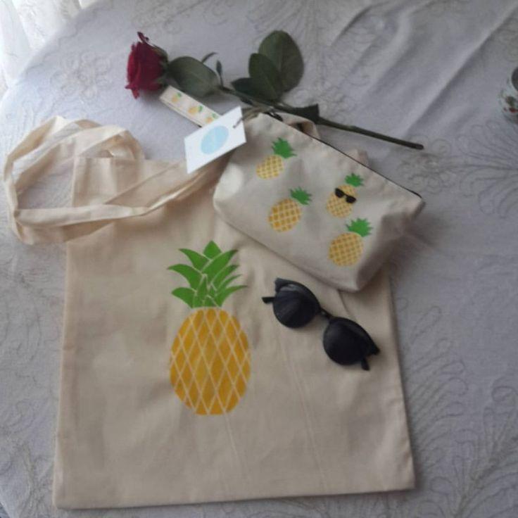 Harika, canlı renkleriyle ananas desenli omuz ve el çantası.  Bu yaz sadece yanınızda taşıyacaklarınıza karar verin. Bu set hepsini toparlasın. Omuz çantası çift taraflı olup iki yüzünde de ananas deseni vardır. El çantasını ister sarı ister pembe ananaslardan seçebilirsiniz.  Ananas desenli omuz ve el çantasından oluşan bu seti 30 derecede makinada yıkayabilir ve ütüleyebilirsiniz.