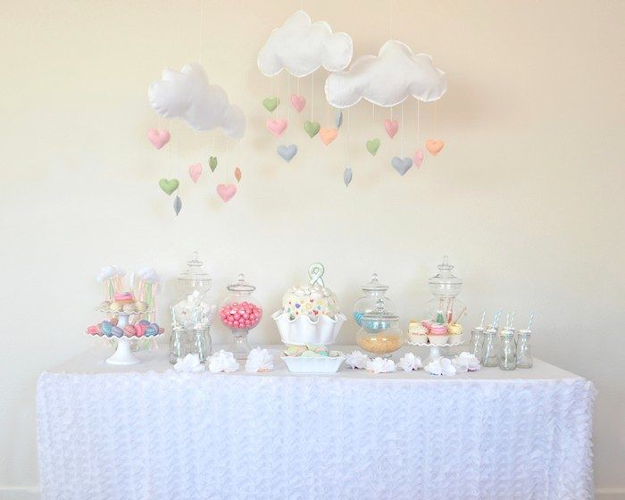Mesa do bolo festa das nuvens e arco-íris